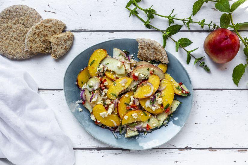 Ensalada con fruta y queso fresco