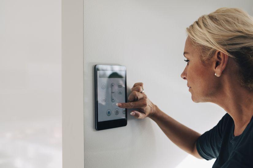 Mujer usando tablet en pared