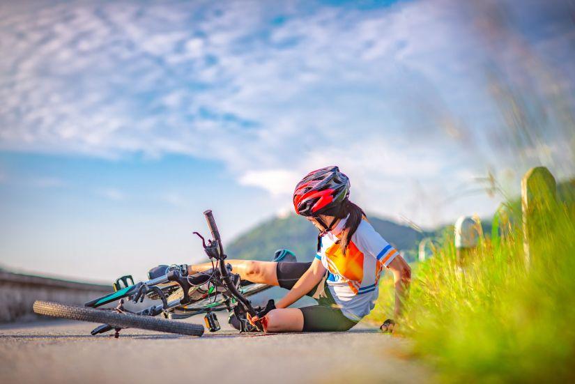 Ciclista accidentada en carretera