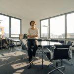 Mujer directiva en una sala de reuniones