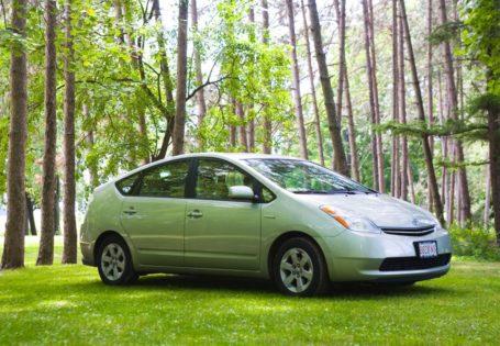 coche híbrido en el bosque