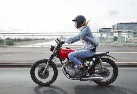 Mujer conduciendo una motocicleta