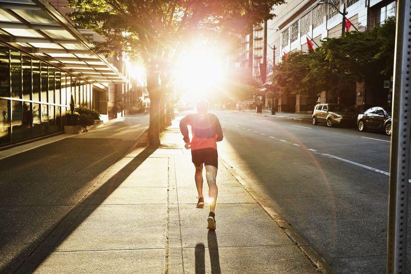 Persona corriendo por la calle