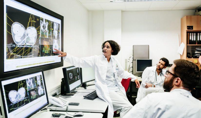 Médicos trabajando