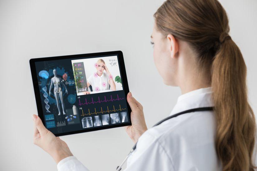 Médico mirando Tablet