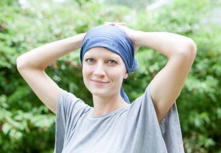 Mujer con pañuelo sonriendo