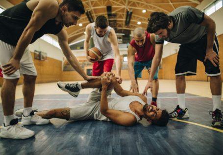 jugador lesionado en el suelo