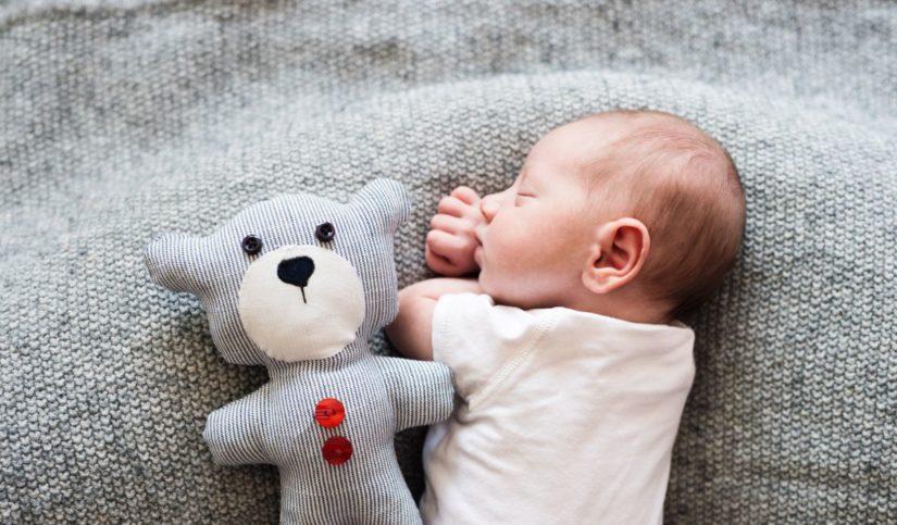 bebé durmiendo junto a peluche