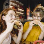comiendo hamburguesa vegana