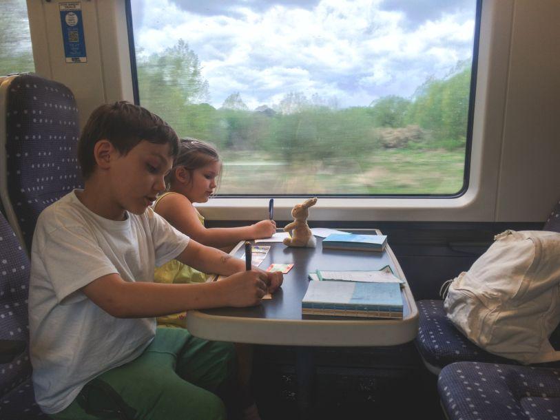 Niños en un tren escribiendo