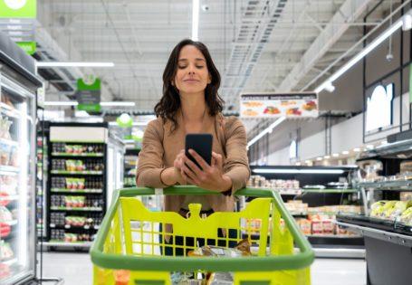 cómo ayudar a los demás al hacer tus compras