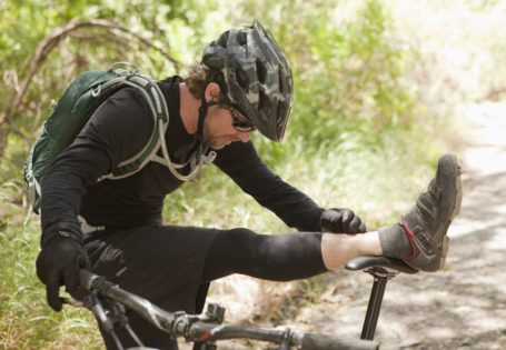Ciclista estirando en bicicleta