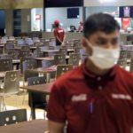 Empleados trabajando con mascarillas por coronavirus